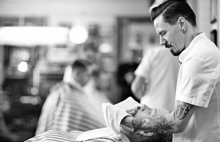 Sillas de barbero, toallas calientes, navajas… Conoce tres barberías en el DF que reviven el tradicional ritual del grooming masculino.