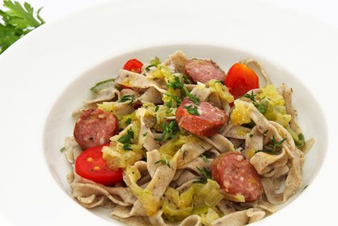 Tagliatelle di grano saraceno con salamini affumicati, porri e pomodori - ricette dall'Alto Adige - Gallo Rosso