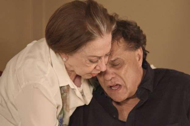 Lauro (Dennis Carvalho) passa mal e morre nos braços da mãe, Teresa (Fernanda Montenegro), no capítu... - Reprodução, TV Globo