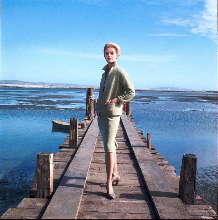 """Tippi Hedren portant un tailleur conçu par  Edith Head, pour le film """"Les Oiseaux"""", the birds, d'Alfred Hitchcock, 1963."""