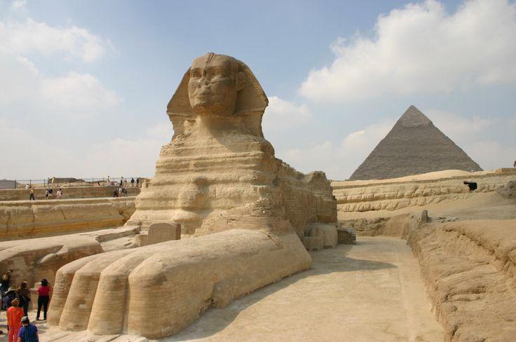 Sfinge, statua con testa del re Chefren e corpo da leone - 2590 a.C. circa.  Materiale, pietra calcarea. Si trova nella Necropoli di Giza (Egitto), di fronte alla piramide del re per prottegerla
