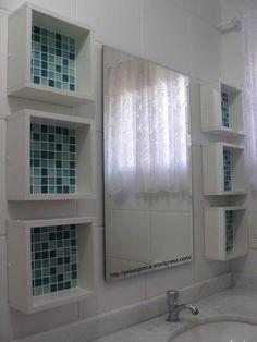 Nichos de madeira com pastilhas de vidro para organizar o banheiro de um jeito delicado. Mais