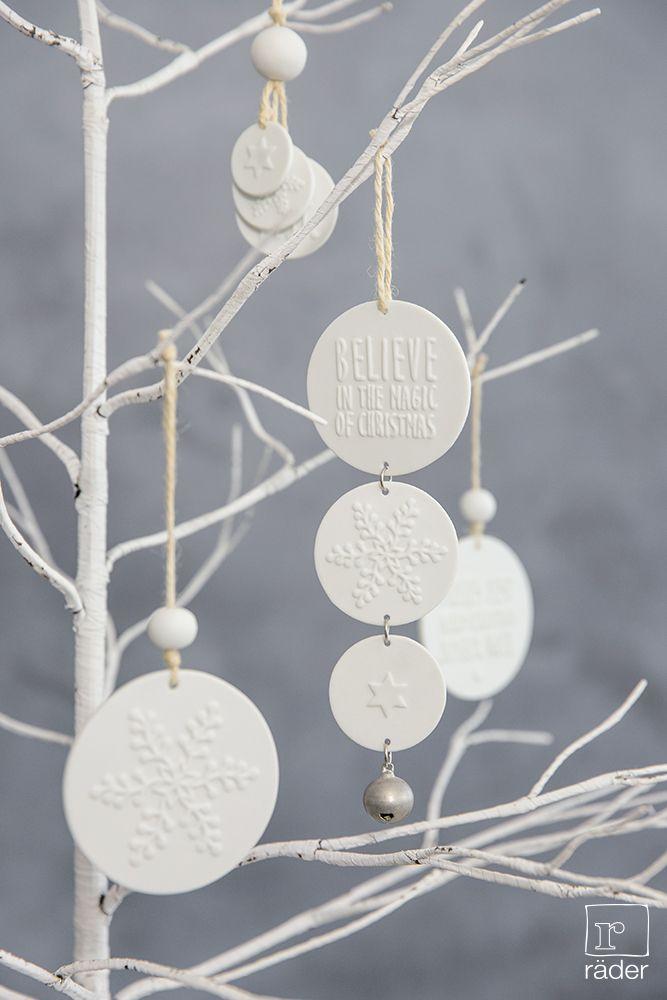 """‹Believe in the magic of christmas"""". Porzellanornamente von räder.  Material: Porzellan, unglasiert, mit Relief. An Jutekordel, dazu Porzellanperlen und silberne Klangkugeln."""