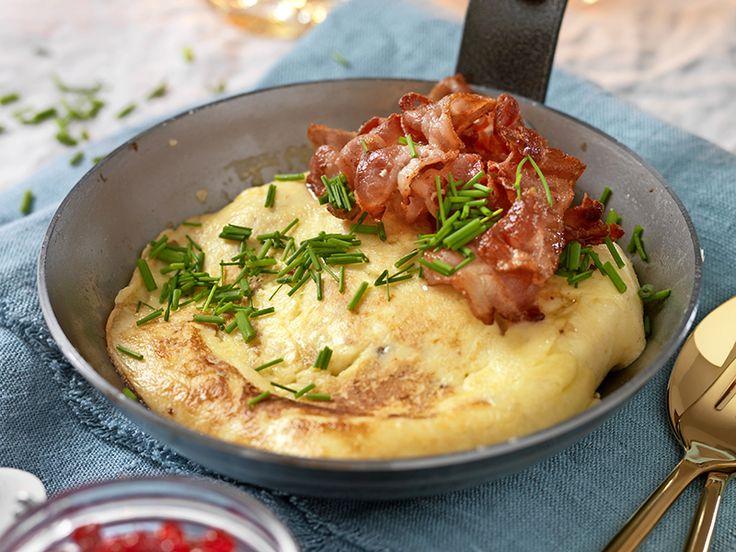 Skånsk äggakaga med lingon och bacon
