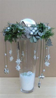 Mit hohen Glasvasen machen Sie die schönsten Winterdeko-Tischaufsätze für Ihr Zuhause - DIY Bastelideen