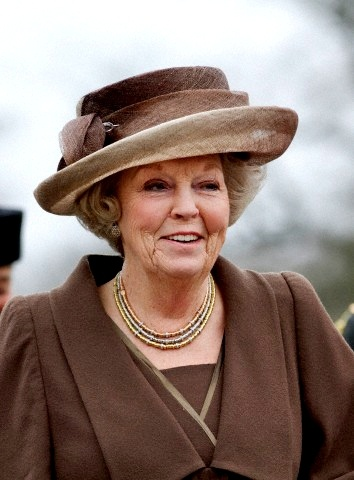 February 27, 2013 by HatQueen....... Queen Beatrix of the Netherlands attended the 150th anniversary of Bronbeek (part of the Dutch Ministry of Defense) in Arnhem today. For this visit to the Royal Home for Old Soldiers and the Bronbeek Museum, she repeated this straw hat in warm shades of mocha brown (seen last month on her trip to Singapore). While I still prefer Beatrix in brighter coloured headgear, the jaunty diagonal upturned brim and soft ombre colour make this a stylish hat in my…