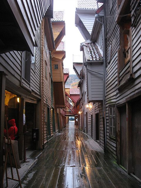 Bryggen en Bergen - Noruega / Bryggen es un barrio histórico ubicado al noroeste de la ciudad de Bergen, en Noruega, situado en un muelle en la orilla oriental del fiordo donde se asienta la ciudad. Hasta la Segunda Guerra Mundial, el nombre del barrio era Tyskebryggen