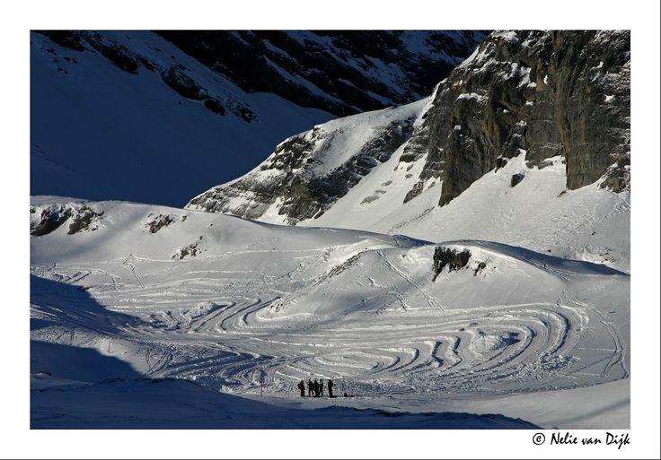 Sporen in de sneeuw. Leukerbad, Switserland