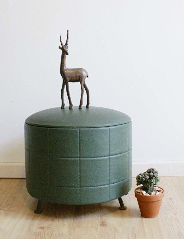 Donker groene retro poef met opslagruimte. Kek vintage krukje