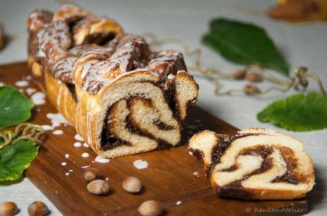 Zoet notenbrood geïnspireerd op het Oostenrijkse notenbrood. Gevuld met hazelnoten, amandelspijs, vanille, kaneel en rum. En bedruppeld met glazuur.