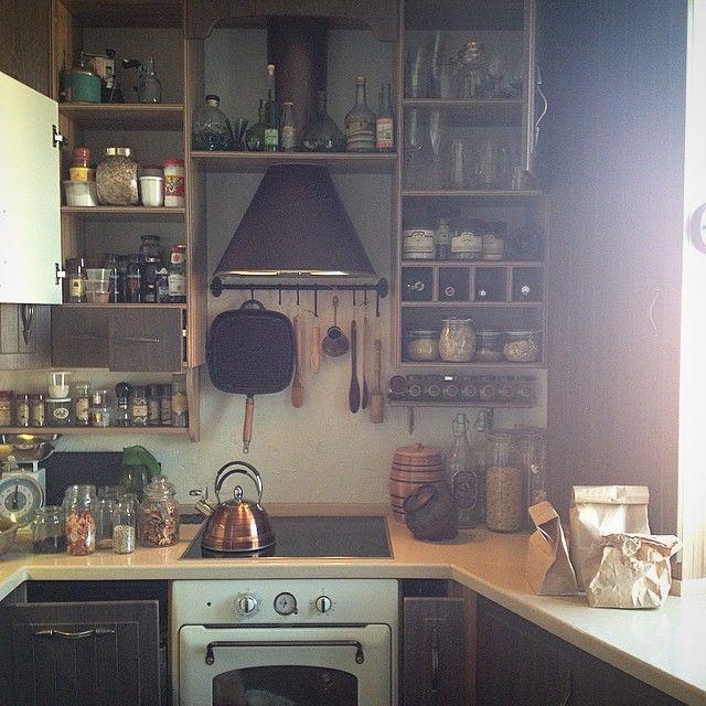 Вчера я играла в домохозяйку:) Была большая весенняя уборка в шкафчиках кухни!  И я сделала это!!! Сфотографировать свою кухню красиво, но при этом - с открытыми шкафчиками, это для меня что-то невозможное!!! :) #жизньКухоньки #личинкоместо