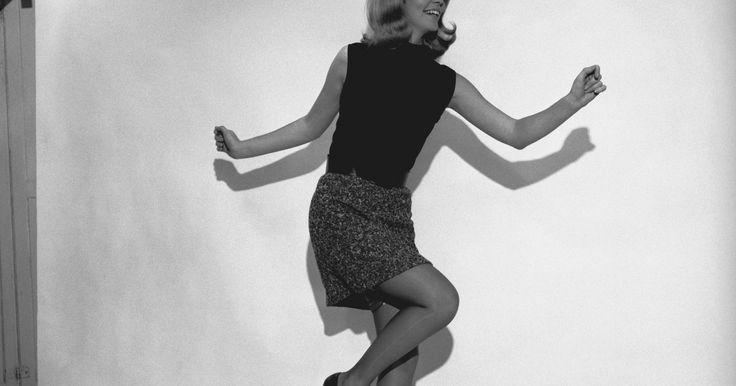Qué tipo de ropa se usaba en los años 60. Las mujeres estuvieron a la vanguardia en las tendencias de moda de los 60 con diseños controversiales como la mini-falda y los ajustados Capris. Alejándose de las faldas y los suéteres ajustados de la época de los años 50, las mujeres de los años 60 anunciaron su creciente independencia en la moda y con un espíritu libre, que va desde los ...