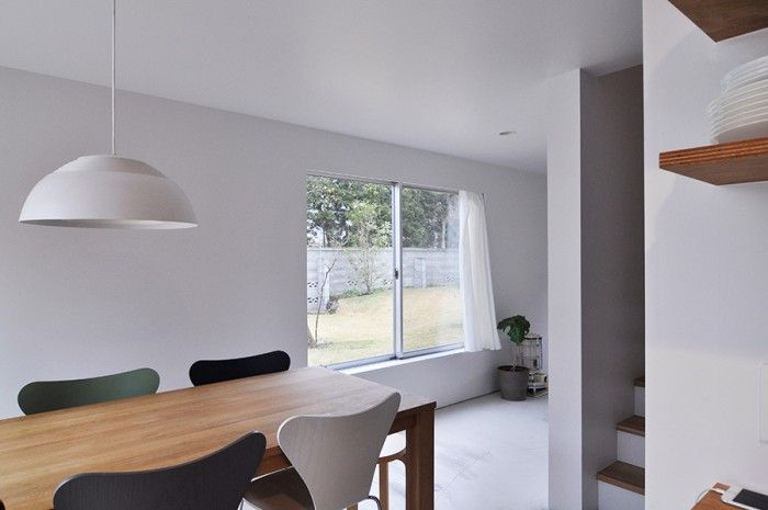 キッチンからダイニングを通して庭の方向を見る。この窓から隣のY家の人たちが出入りすることも。