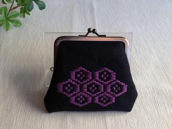 ご覧いただき、ありがとうございます。こぎん刺しのがま口のお財布です。黒地に菖蒲色の紫、アンティークブロンズ色の金具とシックな顔を見せておいて、中を開くと派手め... ハンドメイド、手作り、手仕事品の通販・販売・購入ならCreema。