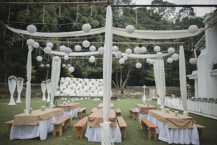 Masih mencari inspirasi untuk outdoor wedding? Simak cerita pernikahan Anindya dan Aiken di Gedong Putih ini yang cocok untuk jadi inspirasimu!