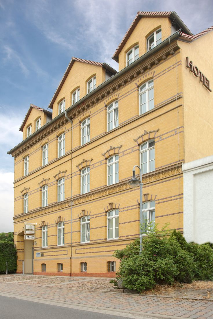 Das AKZENT Hotel Delitzsch besteht aus dem wunderschönen Ziegelsteingebäude aus der Jahrhundertwende und dem neu errichteten Hotelanbau, die durch den Wintergarten verbunden werden.