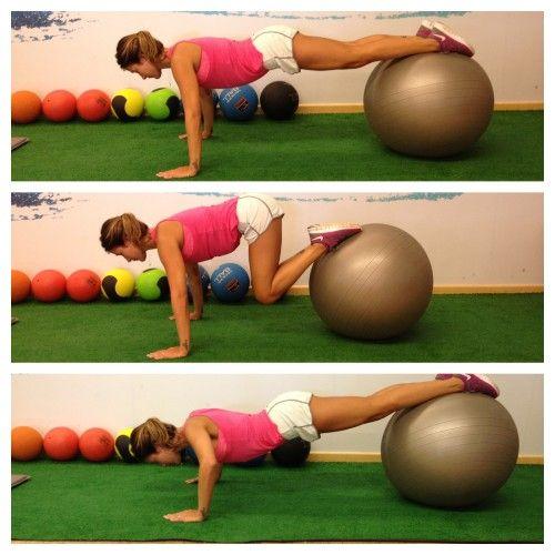 Flexão de braços +Abdominal na bola  Posição inicial: apoiar as mãos no chão e os pés na bola, mantendo o corpo paralelo ao solo.  Posição final: flexionar o quadril e os joelhos usando a força do abdômen para trazer a bola e estender novamente, intercalando com um movimento de flexão de braços.  #tips4life