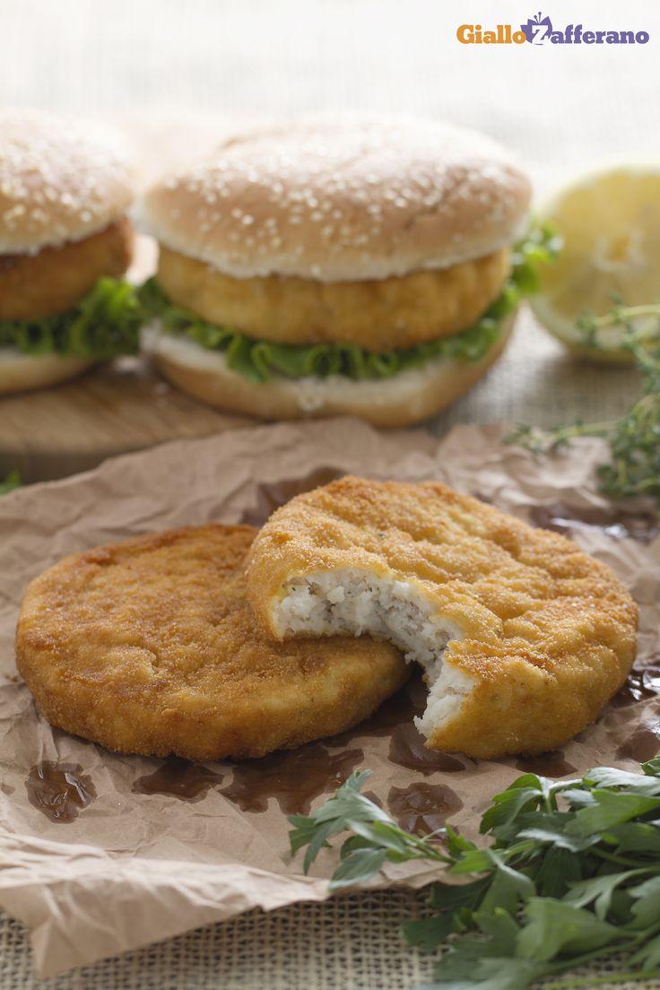 Burger di pesce: una saporita ricetta a base di merluzzo, da arricchire con salse e verdure a volontà.   [Fish burger]