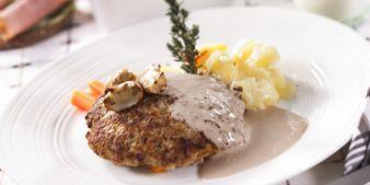 Metsämiehen jauhelihapihvit saavat makua kanttarelli-tuorejuustosta ja herkkusienistä. Katso resepti osoitteesta www.atria.fi