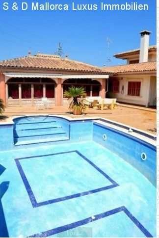 Möblierte 500m² Villa mit Terassen, Klimaanlage, Garage & Pool: diese Luxus-Villa befindet sich auf einem in einem Grundstück von 7500 qm Bebaute Fläche 1000 qm Wohnfläche 500 qm...