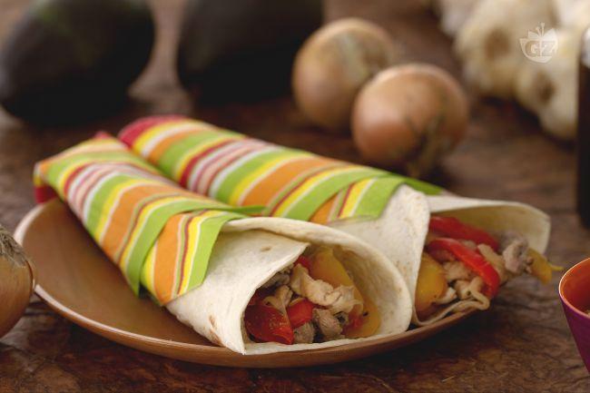 Le fajitas sono una pietanza tex-mex, delle tortillas che racchiudono bocconcini di carne di manzo e pollo, saltati con verdure e spezie.