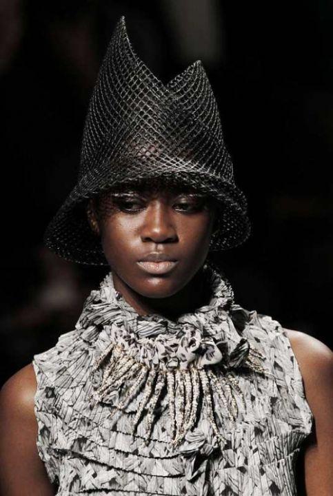 Mode : voiles et chapeaux défilent sur les podiums - La Parisienne