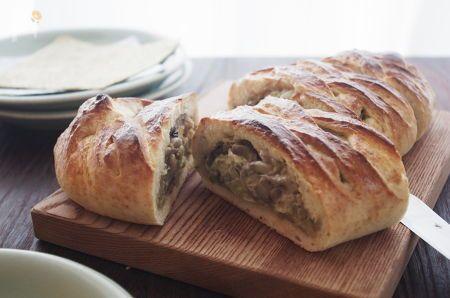 ロシア料理レストラン「エルミタージュ」でならったクレビヤーカ。具だくさんのパイというかパンというか。お祝いやおもてなしに料理のひとつだそうです。  具はキャベツときのこを炒めて塩こしょうしただけのものなんですが、うまみがあふれる感じ♡生地はクイックブレッドなので、発酵なしでパパッと作れます