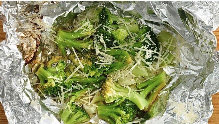 Veja que delícia esses brócolis feitos na churrasqueira. Você só precisa de brócolis, parmesão, limões, sal e papel alumínio....