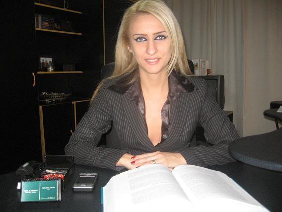 Titulara cabinetului nostru de avocatura, doamna avocat Cimpu Maria Cristina este membra a Baroului Timis si are o vasta pregatire si experienta profesionala. A