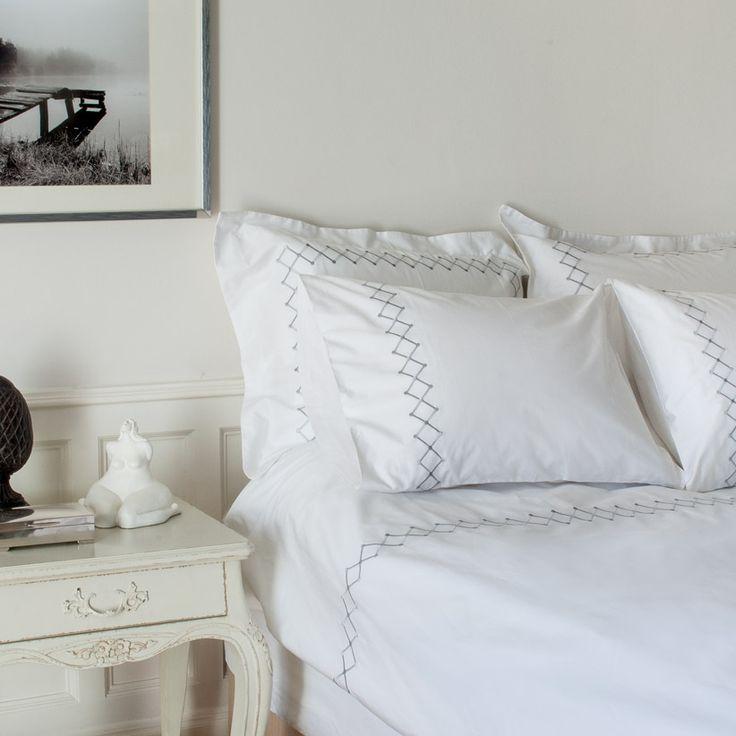 Diagonal nakış, 100% pamuk saten nevresim takımları ile yatak odalarınızda sadeliği ve şıklığı yakalayın.