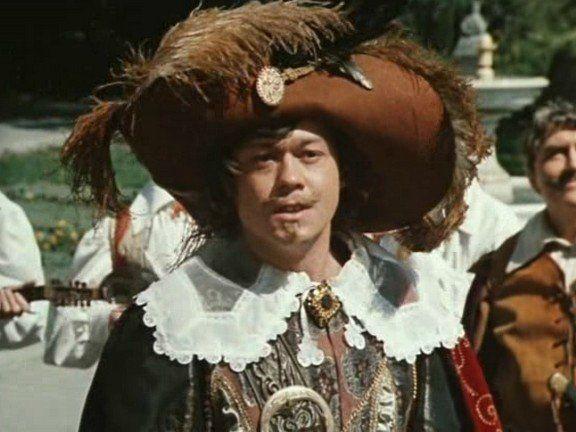 Шведский воротник Постепенно брыжи перестают носить, и право гражданства в двадцатых годах XVII века приобретает большой отложной или шведский воротник, обшитый кружевами или целиком кружевной.