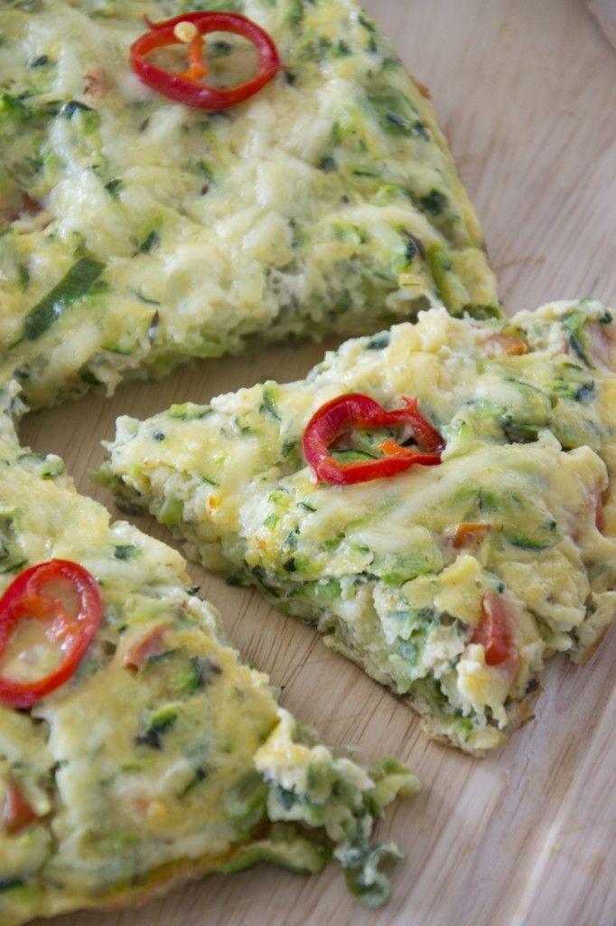 Een frittata kun je zien als omelet die goed gevuld is met groenten. Hierdoor is een frittata een perfect gerecht om restjes groenten op te maken. De frittata kan daarom ook niet ontbreken in de 26x groente-reeks, en wel bij de letter F. eze frittata met courgette is geïnspireerd op een recept uit Jamie in 15 minuten. Naast de courgette heb ik restjes groenten die nog in de koelkast lagen in de frittata verwerkt, namelijk lente ui en rode paprika.