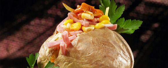 Få grønnsaker er vel mer anvendelige enn poteten, enten det er i supper, salater, lapskaus eller på egen hånd. Her finner du herlige oppskrifter og tips. - Side 1962890: Bakte poteter er et måltid i seg selv