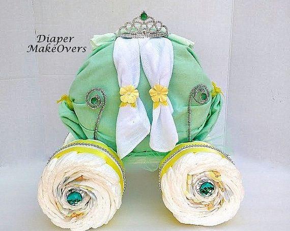 Esta hermosa torta de pañal princesa carro es perfecta para su pequeña princesa.  Incluye: 75 tamaño una pañales, 1 manta de recepción, paños, tiara de la princesa, una zapatilla de princesa plástica y accesorios decorativos.  Tamaño: 15 pulgadas de alto (parte superior de la tiara a fondo) 14 pulgadas de largo 14 pulgadas de ancho  Todos los pasteles de pañales son hechos a mano. Este pastel de pañales es envuelto en celofán transparente y enviado en dos piezas (las ruedas y el transporte)…