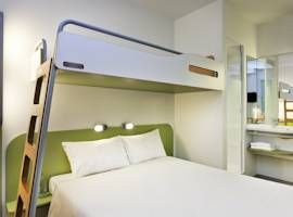 Aan het station ligt het Ibis budget hotel. Ideaal als je met de trein of bus komt. Het is goedkoop, er is ontbijt en het zijn schone kamers.