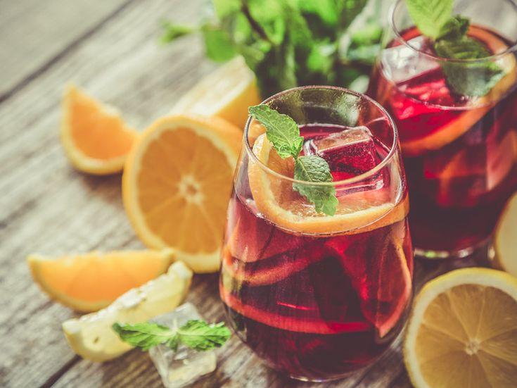 Hou de zomer nog net iets langer vast door zelf Sangria te maken.    Wat heb je nodig?  750 ml droge Spaanse rode wijn 350 ml rum 250 ml sin...