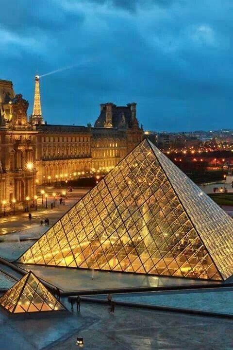 Le musée du Louvre (Paris) à la tombée de la nuit