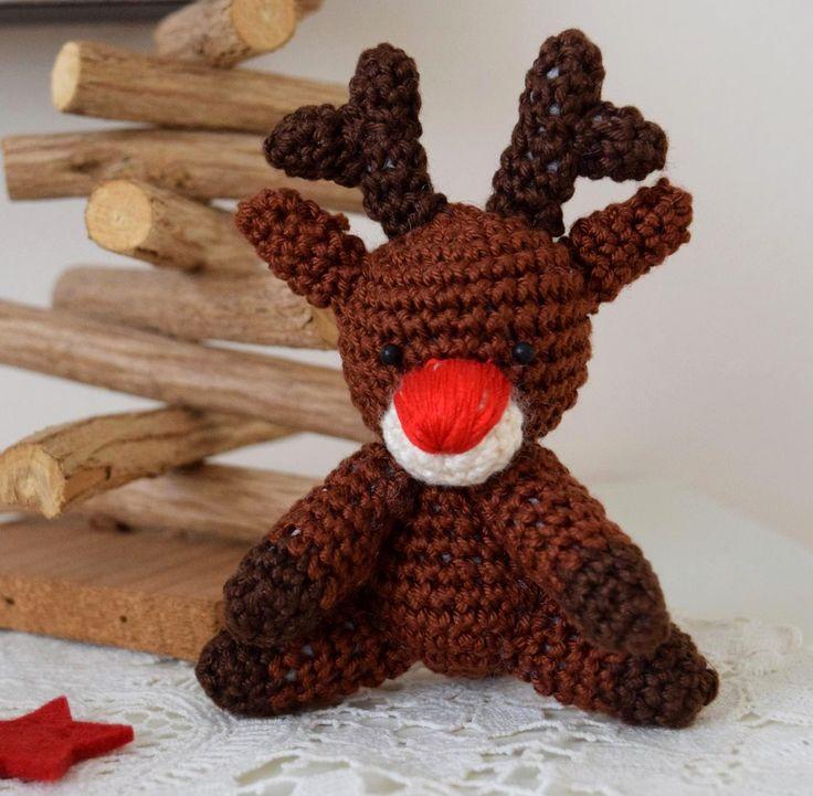 leuke houten kerstboom gemaakt van takjes, met gehaakte rendier ernaast