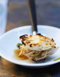 Recette Poulet au gingembre et au soja : Éplucher et émincer finement l'ail, l'oignon et l'échalote. Émincer également le gingembre mais réserver à part. Dans un wok, verser l'huile et dès qu'elle est bien chaude y faire revenir le poulet. Dès que celui-ci est bien doré le retirer et rése...