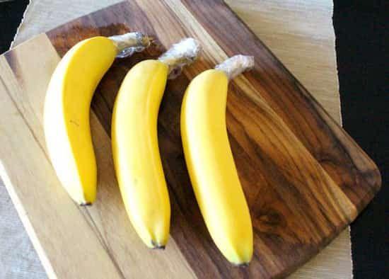 emballez la queue des bananes dans du plastique alimentaire pour les garder