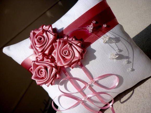 Porta-alianças BOUQUET rosa e pink.  Designer Sayuri Murakami. momoartesanatos@gmail.com momoartesanatosbrasil.blogspot.com loja.momoartesanatos.com.br   Rio de Janeiro - RJ - Brasil.