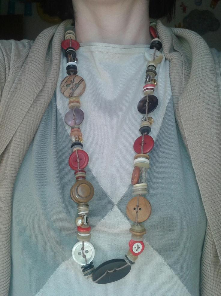 Collana di bottoni. Chiusura con perlina di legno.