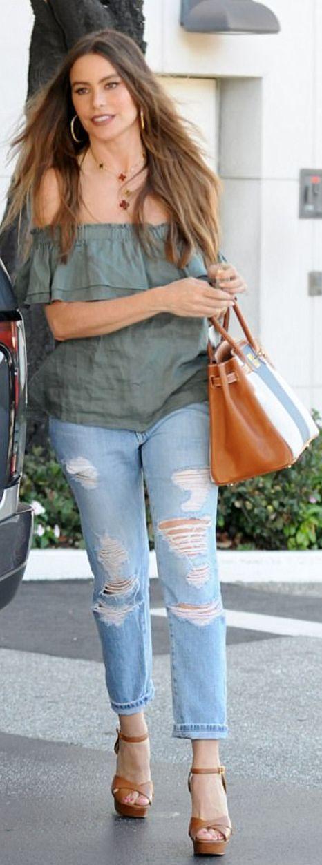 Who made  Sofía Vergara's striped handbag, jewelry, ripped jeans, and brown platform sandals?
