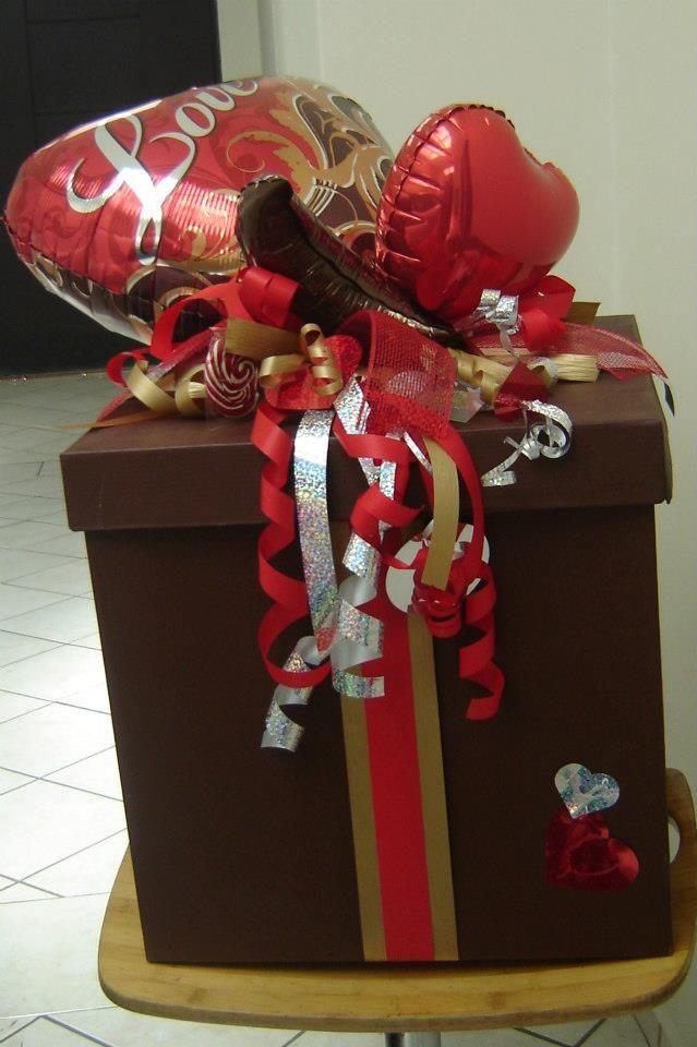 envoltura de regalo decorada con globos