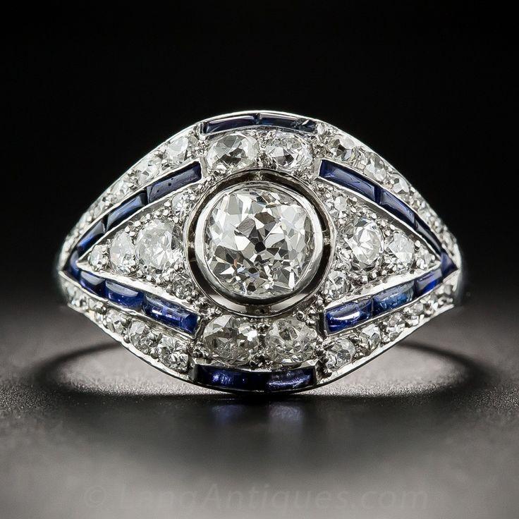 "Este anillo de diamante original y distintiva del art déco de los centros de 1920, en un diamante de corte europeo .75 quilates, que aparentemente flota en el centro de esta configuración en forma de cúpula suavemente con sorprendentes acentos de zafiro sintético. Los zafiros de color de ante-cortar delgadas (que significa ""cabujón 'lisa o tops), aunque sintético, son cien por ciento original al anillo. Un hermoso anillo de manera espectacular, que funcionará como un anillo de compromiso…"