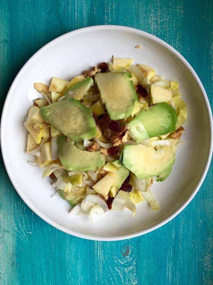 Insalata di indivia belga, mele, avocado, uvetta e noci. Ricetta di Marco Bianchi