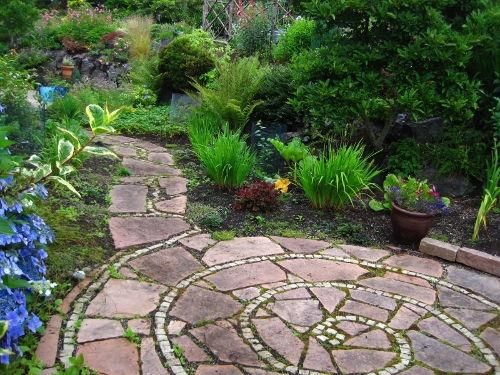 spiral patio.  Wonder if this could be done with brick & concrete?