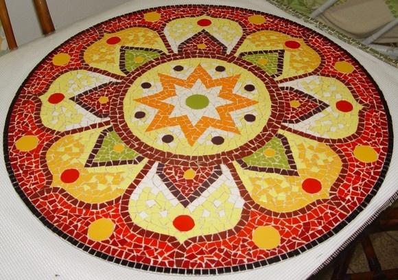 Mandala de chão ou tb. pode ser aplicada diretamente na parede como painel. Material: Azulejos e pastilhas de vidro. Base: Tela