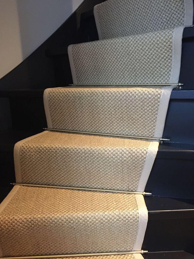 Sisal traploper op maat gemaakt van 100% sisal tapijt. Loper afgewerkt met een katoenenband 3cm zicht. Roede geplaatst van 65cm breed in de kleur messing