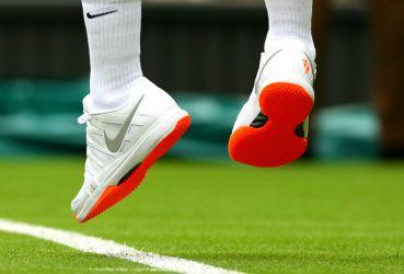 Dopo Borg, McEnroe e Sampras, il nuovo re di Wimbledon, da qualche anno, è Roger Federer. Ma il tennista svizzero si trova nei guai per un problema apparentemente innocuo: il colore arancione della suola delle sue scarpe che ha infastidito gli organizzatori del torneo sull'erba. La stampa però potrebbe venirgli in aiuto.